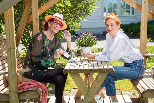 Aira Samulin ja Maria Veitola eivät karta Yökylässä Maria Veitola -ohjelmassa rankkojenkaan aiheiden käsittelemistä.