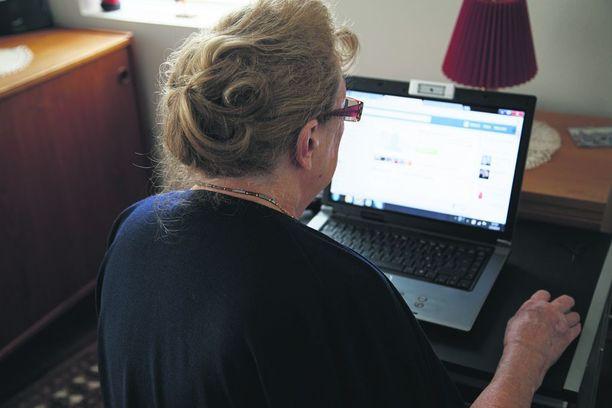 Valtaosa uhreista on keski-ikäisiä tai iäkkäämpiä naisia, jotka valikoituvat uhreiksi erityisesti Facebookista. Kuvituskuva.
