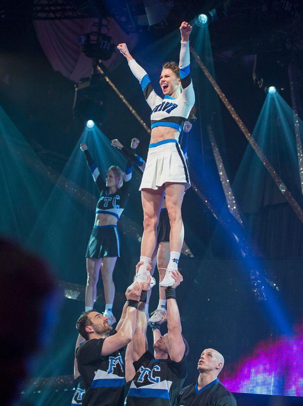 Sporttinen Viivi onnistui cheerleading-esityksessään.