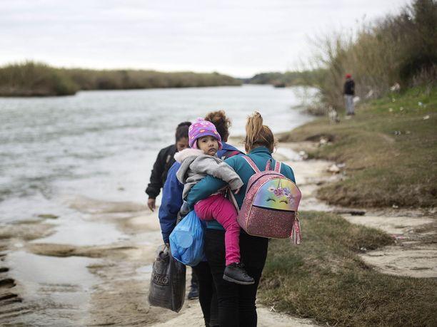Siirtolaisperhe etsi ylityspaikkaa Rio Bravon rannalla jatkaakseen matkaa Meksikosta Yhdysvaltoihin. Kuva on otettu helmikuun 19. päivänä.