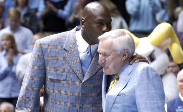 Michael Jordan ja Dean Smith vuonna 2007. Smith valmensi Jordania Pohjois-Carolinan yliopistossa 1980-luvulla.