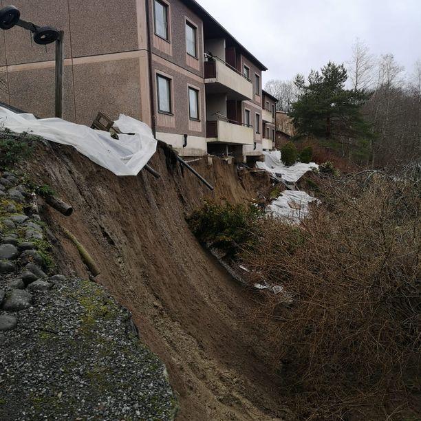 Maata on sortunut talojen edestä rajumman kerran.