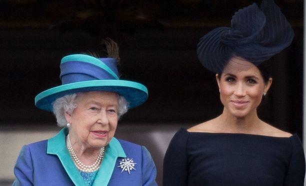 Kuningatar Elisabet on ottanut herttuatar Meghanin siipiensä suojaan.