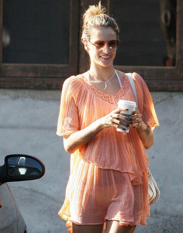 Kaunista vartaloa ei tarvitse piilotella, Alessandra lienee tuuminut.
