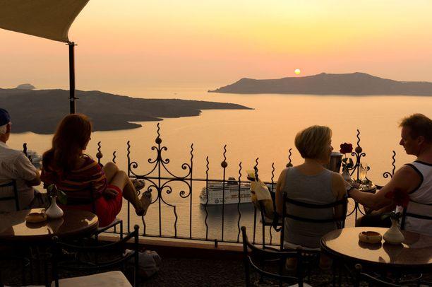 Auringonlaskun seuraaminen on mainio tapa aloittaa illanvietto Santorinin pääkaupungissa Firassa.
