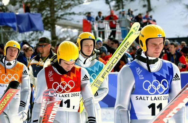 Suomen miehet Risto Jussilainen (vas.), Veli-Matti Lindström, Matti Hautamäki ja Janne Ahonen hävisivät olympiakullan Saksalle 0,1 pisteen erolla Salt Lake Cityn olympiakisoissa 2002.