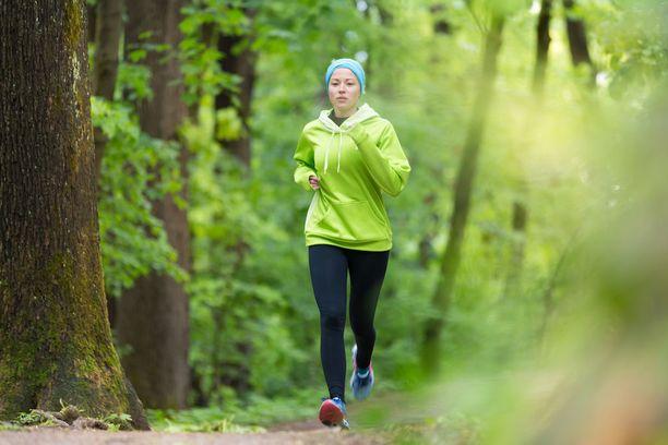 Juoksetpa metsäpolulla tai pururadalla, anna luonnon tulla kehoosi aistien kautta. Anna itsellesi lupa nauttia, siirrä ratkaisemattomat asiat syrjään, rauhoitu ja rentoudu.