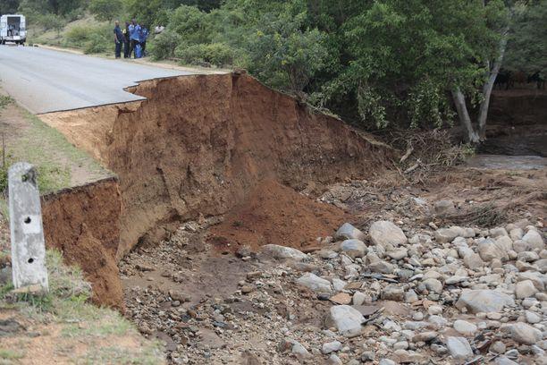 Myös tiet tuhoutuivat täysin myrskyalueella. Tämä kuva on otettu Chimanimanista.