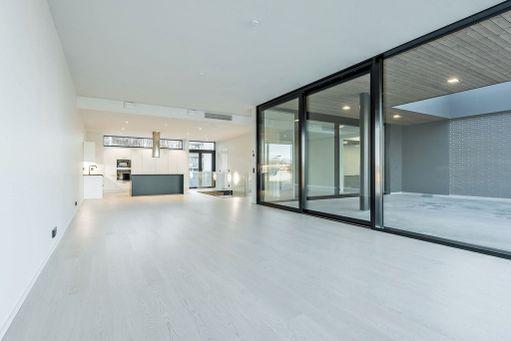 Nykytaloissa on paljon avointa tilaa. Monesti ikkunanpielet ovat mustat kontrastina muuten valkoiselle lookille.