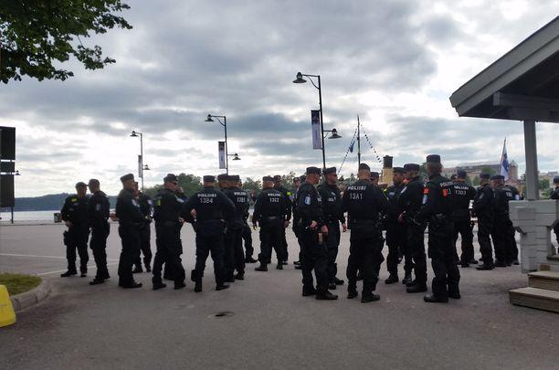 Paikalla Savonlinnan satamassa on ollut myös runsaasti poliiseja.