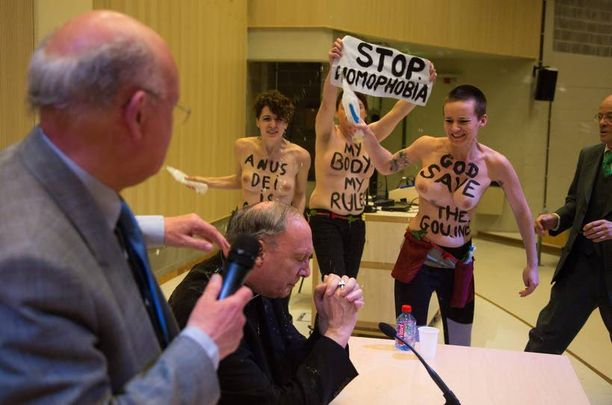 Femenin aktivistit osoittivat mieltään katolisen kirkon homofobiaa vastaan.