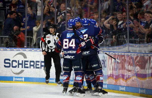 Adler Mannheim pääsi juhlimaan 1–0-maalia todella nopeasti.
