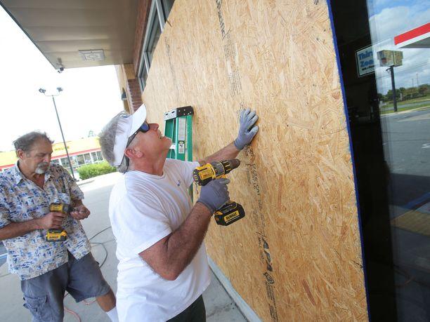 Floridassa asukkaat valmistautuvat hirviömäiseksi kutsutun hurrikaani Michaelin saapumiseen.