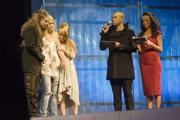 Idols-kilpailijat Ari Koivunen, Kristiina Brask, Anna Abreu juontajien Ellen Jokikunnaksen ja Jani Toivolan kanssa finaalissa.