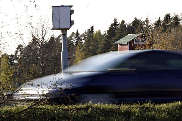Miehen autolle tuli peltipoliisin väläyksiä Lahden, Hollolan sekä Mäntsälän ja Sipoon alueilla lähes pari sataa. Tuomion mies sai 38 väläyksestä. Kuvituskuva.