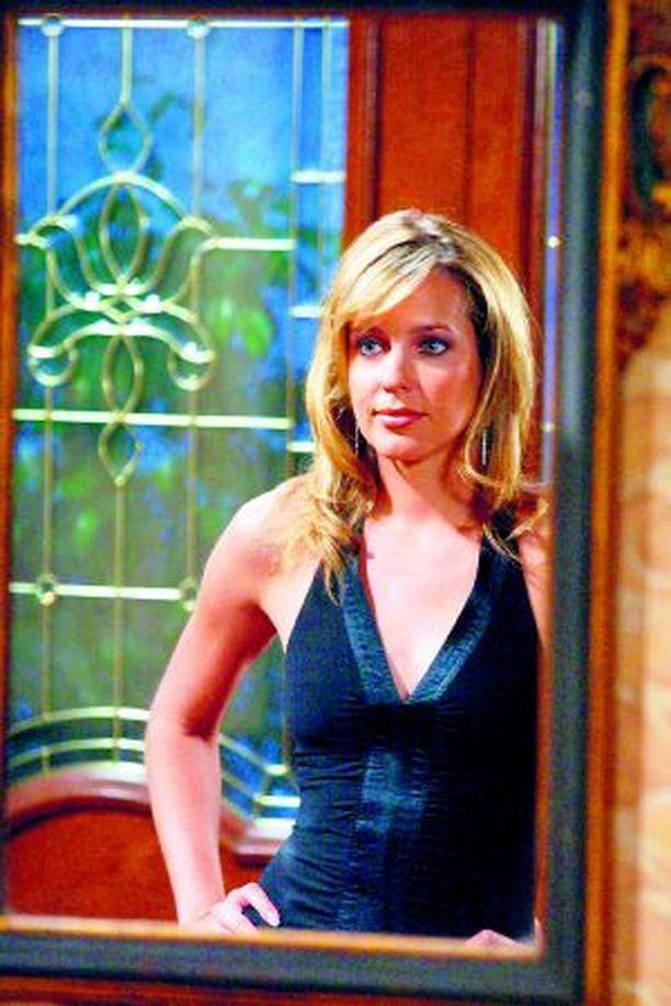 Nicole (Arianne Zuker) kellistää vihdoin miehen petiin.