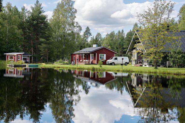 Mökkeily on pitänyt pintansa suomalaisten kesäloman viettotapana, kirjoittaa Mika Koskinen.