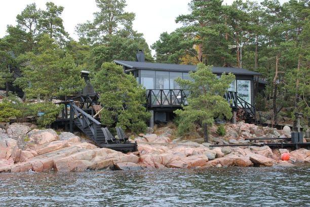 Tämä mökki sijaitsee aivan meren äärellä. Tupamökissä on sauna, pesuhuone ja lasitettu terassi.