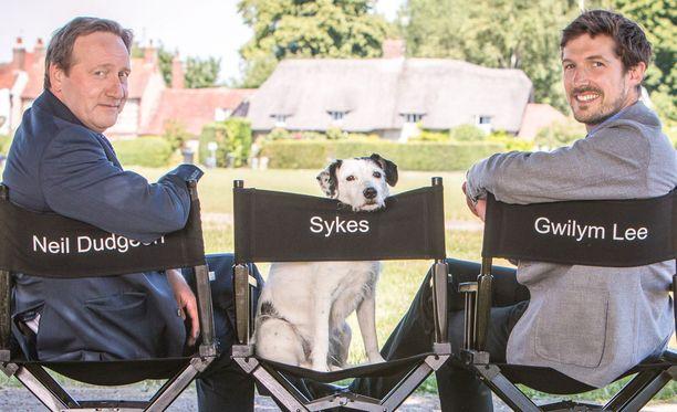 Ainoastaan Neil Dudgeon jatkaa työn alla olevissa uusissa osissa. Sekä Sykes että Gwilym Lee jättivät sarjan 18. kauden päätteeksi.