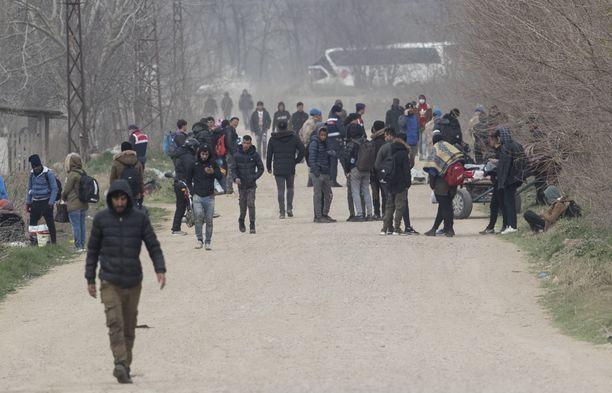 Siirtolaisia ja pakolaisia Turkin ja Kreikan välisellä rajalla Edirnessä tiistaina.