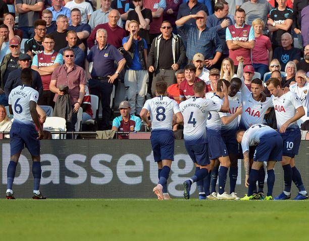 Erik Lamela (toinen oikealta) laukoi Tottenhamille 1-0-vierasvoiton West Hamista.