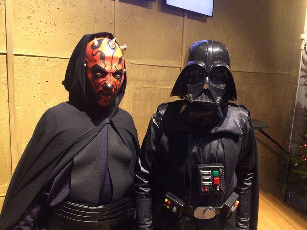 Darth Maul ja Darth Vader odottivat Tennispalatsissa Helsingissä Star Wars -elokuvaa.