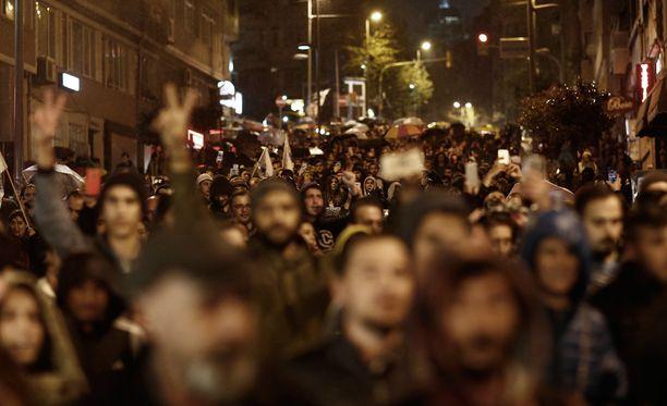 Kaupungin Euroopan puoleisessa osassa mielenosoittajia on ainakin tuhat ja Aasian puoleisessa osassa parituhatta.