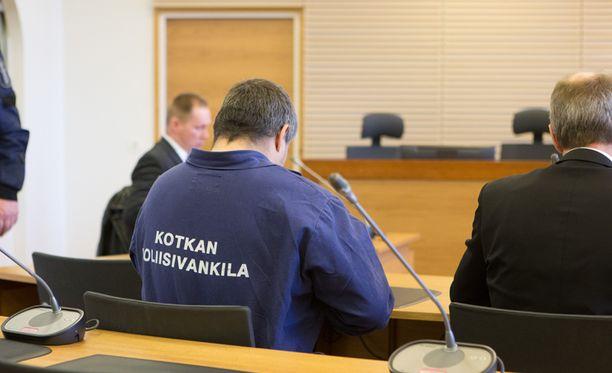 Kotkassa murhasta ja uhrin polttamisesta epäillyn miehen vangitsemisoikeudenkäynti huhtikuulta.
