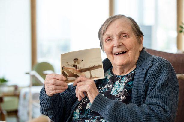 85-vuotias lentokapteeni Orvokki Kuortti on toteuttanut unelmiaan. Hän on kiitollinen kokemusten rikastamasta elämästään.