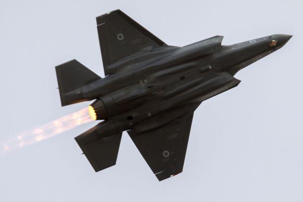 Uusi superhävittäjä ei pärjännyt perinteissä ilmataistelussa vanhemmalle F-16 -hävittäjälle.