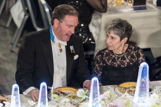 Chris O'Neill keskusteli viereensä plaseeratun Carol J Saginawin kanssa.