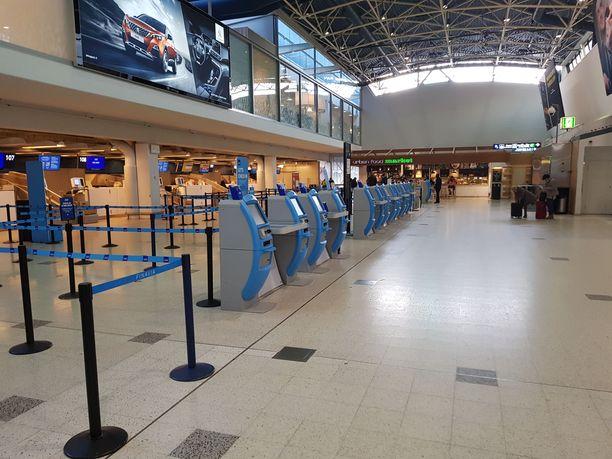 Helsinkiläisnaisen ja muiden matkustajien lähtöselvitys onnistui, mutta lähtöportilla ilmoitettiin, että lento on peruttu. Kuvituskuva.