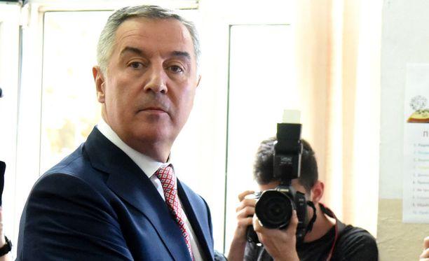 Milo Djukanovic äänestämässä Podgoricassa sunnuntaina 15.4.2018.