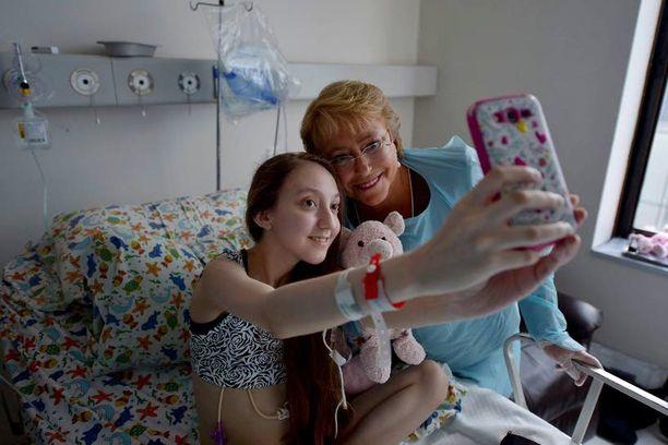 Presidentti Michelle Bachelet kävi Valentinan luona sairaalassa.