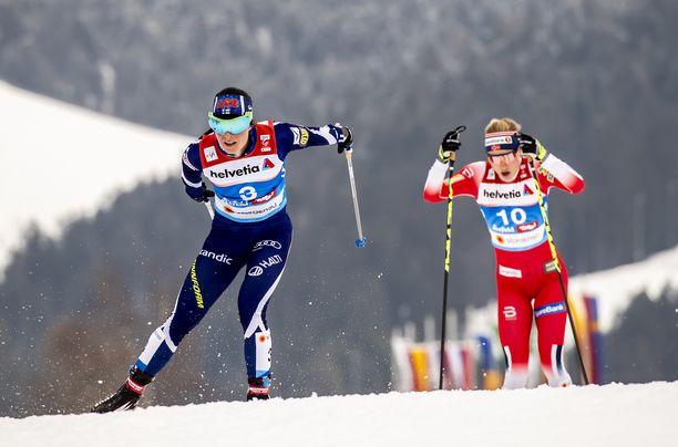 Maastohiihdon maailmancup menee syksystä 2021 alkaen todennäköisesti maksun taakse. Kuvassa Krista Pämäkoski ja Norjan Ragnhild Haga.