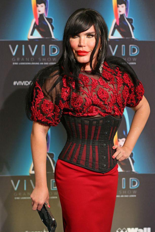 Lokakuussa tyrmäävässä drag-asussa nähty tähti luotti punaiseen asuun, korsettiin ja mustaan peruukkiin.