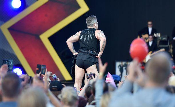 Robbie Williams vilautti myös pöksyjään.