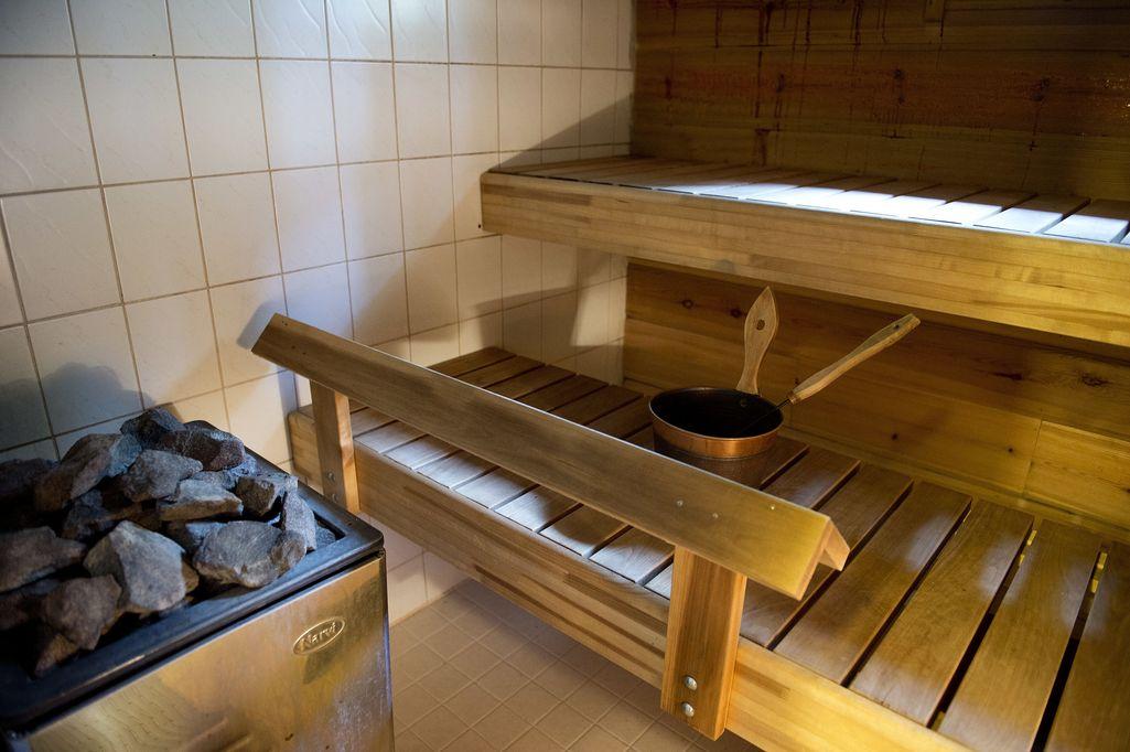 Mies leikkasi vainajaa saksilla ja lämmitti saunan - selitys teolle oikeudessa: oli nukkunut huonosti