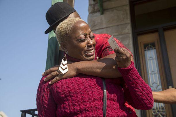 Jenkinsin äiti Teresa Martin murtui puhuessaan medialle tyttärensä kuolemasta sunnuntaina.
