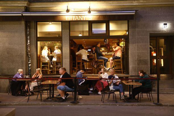 Ruotsissa ravintoloiden aukiolorajoitukset poistuivat 1. heinäkuuta. Kuva Tukholmasta.