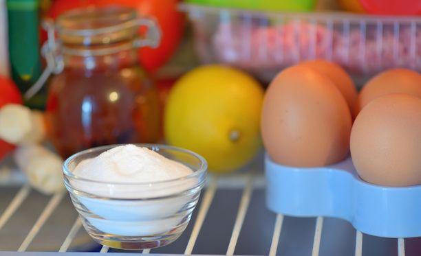 Ruokasoodan väitetään imevän jääkaapin hajuja puoleensa.