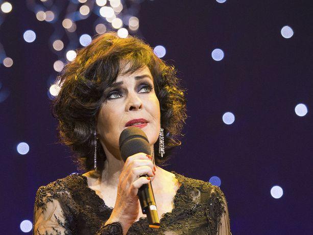 Paula Koivuniemi laulaa useammassakin jouluin tv-konsertissa. Tässä Espoossa.
