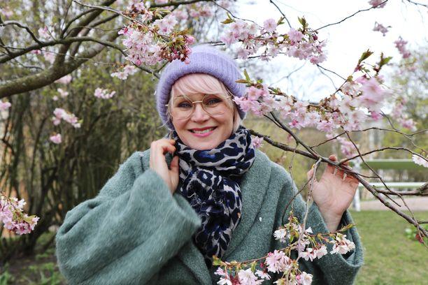 Meikkaaja-kampaajana ja kukkastailistina työskentelevä Riia Koivisto on sitonut viime kuukausina lukuisia kimppuja kevään juhliin.