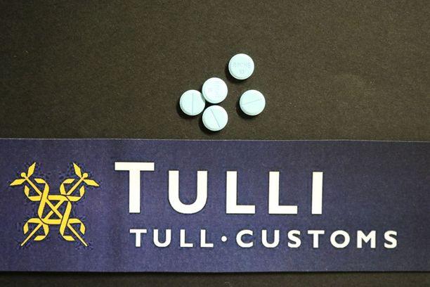 Tavalliselta näyttävät lääketabletit ovat sisältäneet hengenvaarallista opioidia. Kuvituskuva.
