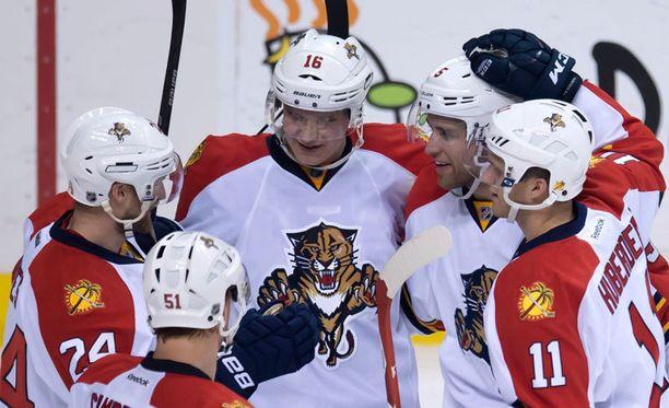Aleksander Barkov (keskellä) on vireessä.