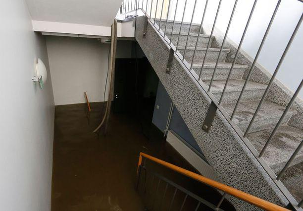 Kuva Port Arthurin kaupunginosassa sijaitsevasta Portsakodista, jossa vettä jouduttiin pumppaamaan pois porraskäytävästä. Portsakoti sijaitsee Rauhankadun lähistöllä.