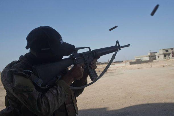 Irakin armeijan sotilas ampui lauantaina kohti Shuran kaupunkia 30 kilometrin päässä Mosulissa.