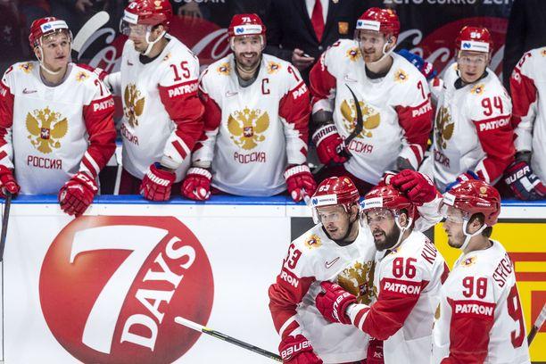 Nikita Kutsherov (edessä keskellä) taistelee MM-turnauksen pistepörssin voitosta. Hän on tehnyt tehot 6+10.