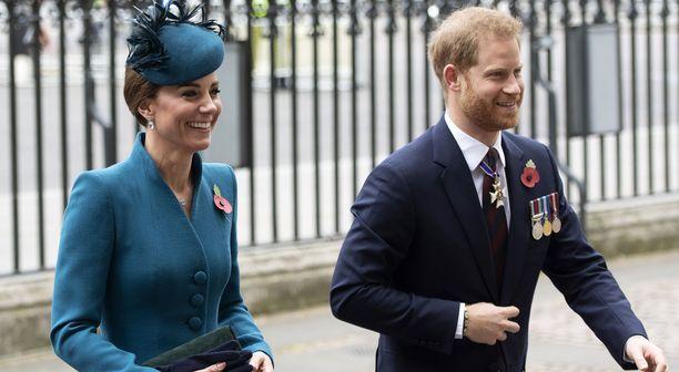 Catherinea ja Harryä nauratti matkalla kirkkoon.