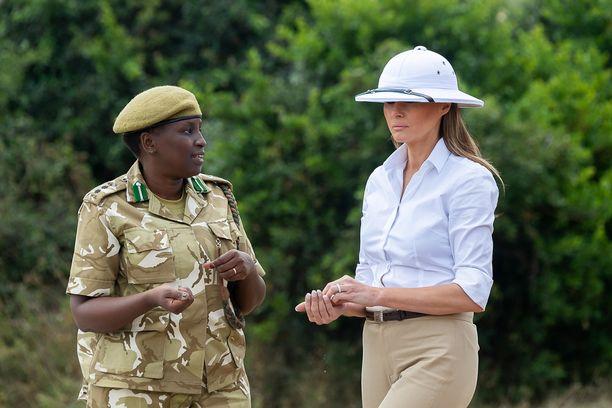Melania vieraili perjantaina Keniassa päässään kohua herättänyt hellehattu.